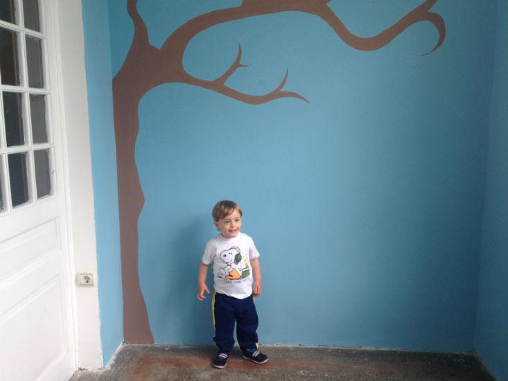 Andrej pored drveta